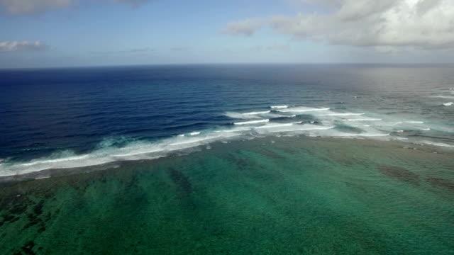 Luftaufnahme-der-Wasserlinie-der-Meere-die-nicht-gegen-blauen-Himmel-mit-Wolken-Insel-Mauritius-mischen