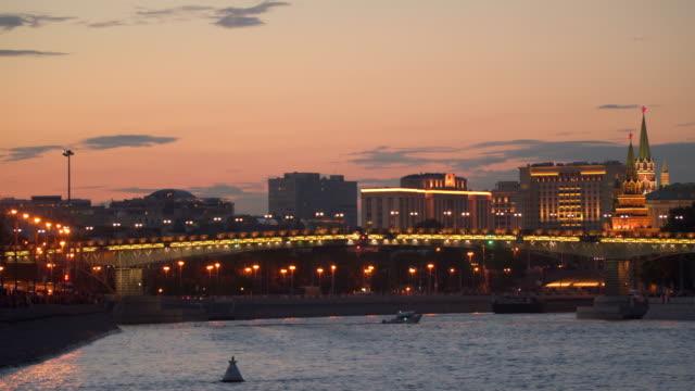 Puente-sobre-el-río-Moscú-en-la-noche