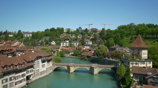 Panorama-junto-al-río-del-día-soleado-de-la-ciudad-Berna-Suiza-4k