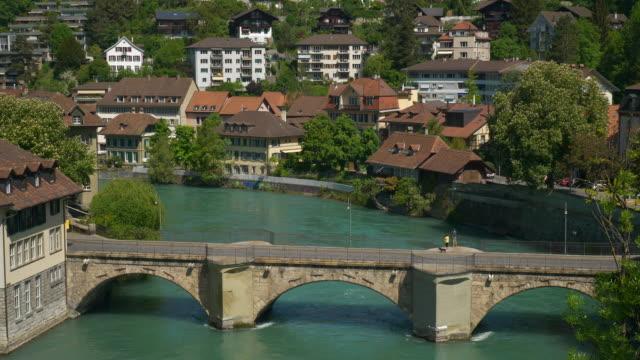 Panorama-de-puente-Río-de-Suiza-Berna-paisaje-soleado-día-4k