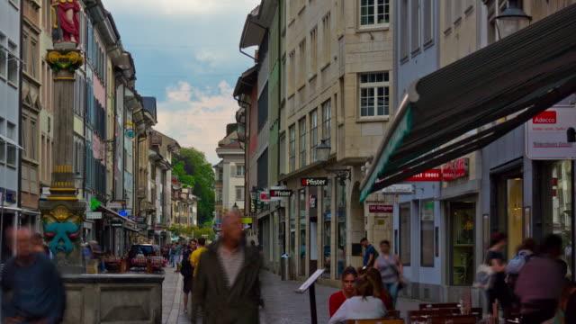 Schweizer-Tag-leichte-Genf-Stadt-überfüllt-Fußgänger-Straße-Panorama-4k-Zeitraffer