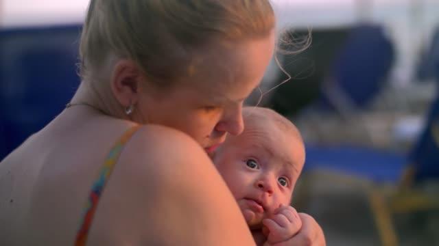 Liebevolle-Mutter-küssen-und-umarmen-Tochter