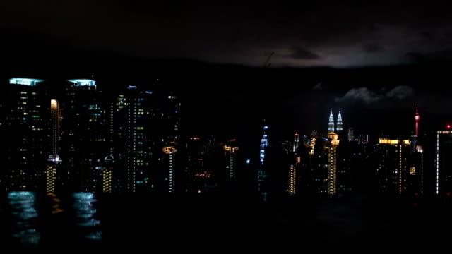Timelapse-de-noche-Kuala-Lumpur-vistas-desde-la-piscina-en-la-azotea