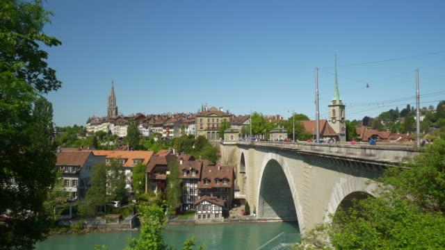 Día-soleado-del-paisaje-urbano-de-Berna-Suiza-rive-panorama-de-puente-lateral-4k
