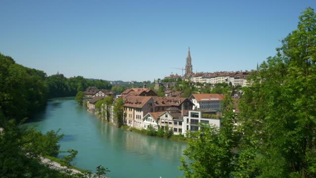 Panorama-de-lado-del-río-de-día-soleado-de-Suiza-Berna-paisaje-urbano-4k