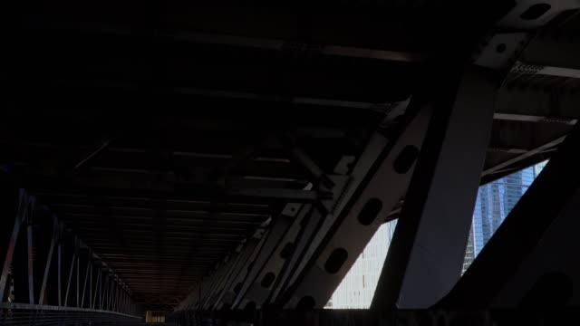 vista-de-la-ciudad-desde-dentro-de-la-estructura-espacial-de-acero-puente