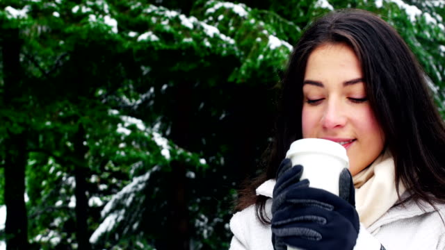 Mujer-ropa-de-abrigo-que-café-durante-nevadas