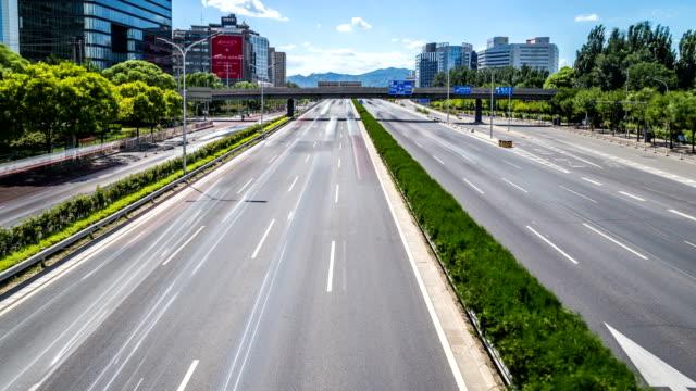 Lapso-de-tiempo-de-intenso-tráfico-y-edificios-modernos-en-la-ciudad-de-Beijing,-China.