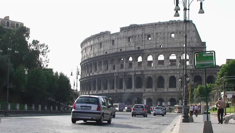 The-Coliseum-in-Rome-with-traffic-passing