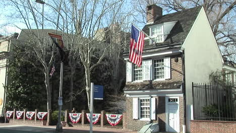 The-Betsy-Ross-house-in-Philadelphia-with-American-flag-flying