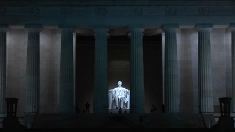 The-Lincoln-Memorial-at-night-1