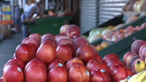 Apples-and-other-fruits-are-displayed-in-an-outdoor-msrket-stall