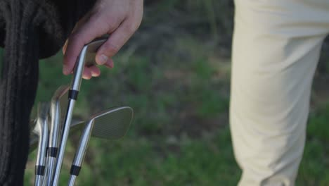 Closeup-of-a-golfer-pulling-a-club-from-his-bag
