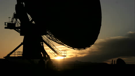 Time-lapse-shot-of-New-Mexico-s-NRAO-radio-telescope-s-movement-throughout-the-golden-hour-and-into-the-night