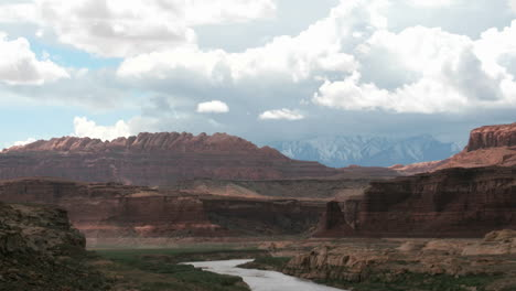 Storm-clouds-settle-over-the-Colorado-Río-in-Glen-Canyon-National-Recreation-Area