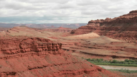Slow-rightpan-of-a-timelapse-shot-of-Utah-s-Mexican-Hat-Canyon