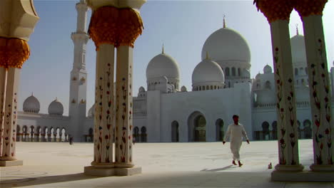 The-beautiful-Sheikh-Zayed-Mosque-in-Abu-Dhabi-United-Arab-Emirates