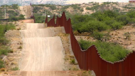 The-US-Mexico-border-fence-becomes-a-focal-point-for-immigration-issues