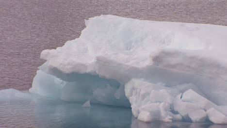 Icebergs-float-in-warming-water-in-the-Arctic