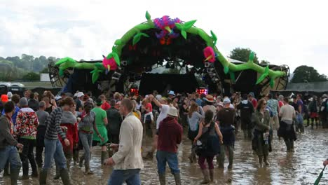 Glastonbury-Festival-Mud-01
