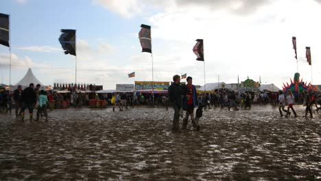 Glastonbury-Festival-Mud-02