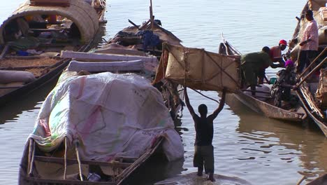 Boats-are-loaded-along-the-Niger-River-in-mali-Africa