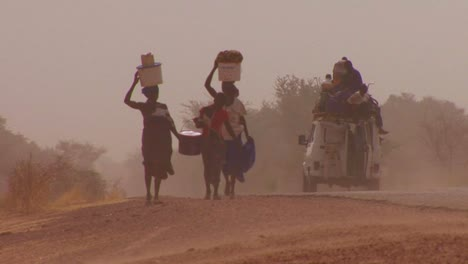 Women-walk-carrying-goods-on-their-heads-through-the-Sahara-desert-in-mali-2