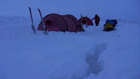 Campers-in-deep-snow-on-an-Arctic-expedition-at-night