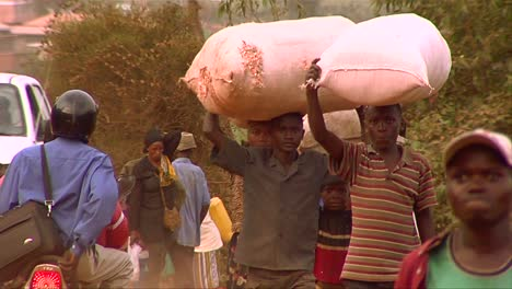 People-carry-goods-on-their-heads-in-an-African-village