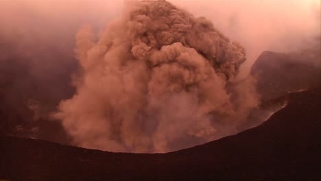 The-Nyiragongo-volcano-by-daylight-in-the-Democratic-Republic-of-Congo-1