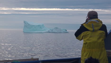 Researchers-observe-and-photograph-icebergs-in-the-Arctic