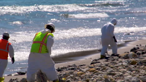 Workers-Clean-Up-After-The-Massive-Beach-Cleanup-Effort-Following-The-Refugio-Oil-Spill-In-Santa-Barbara-3