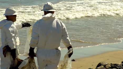 Workers-Clean-Up-After-The-Massive-Beach-Cleanup-Effort-Following-The-Refugio-Oil-Spill-In-Santa-Barbara-5