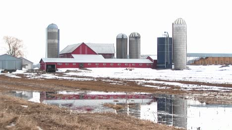 Longshot-Of-Farm-Barns-And-Silos-On-A-Winter-S-Day