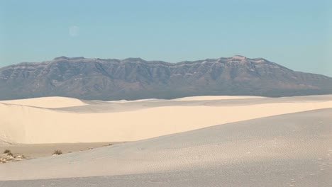 Longshot-Of-Mountains-And-Sand-Dunes-At-White-Sands-National-Monument-In-New-Mexico