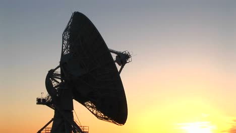 Mediumshot-Of-The-Satellite-Dish-At-The-National-Radio-Astronomy-Observatory-In-New-Mexico