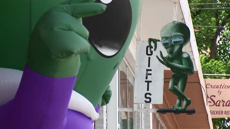 Closeup-Of-The-Sign-For-An-Alien-Gift-Shop-In-Roswell-New-Mexico