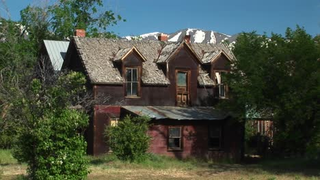 Zoom-In-To-The-Second-Story-Front-Of-An-Abandoned-Ranch-House-In-The-Desert-Southwest