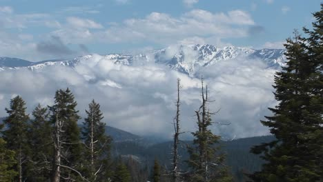 Wide-Shot-Of-Peaks-Covered-With-Snow-Amongst-Clouds-In-Kings-Canyon-National-Park