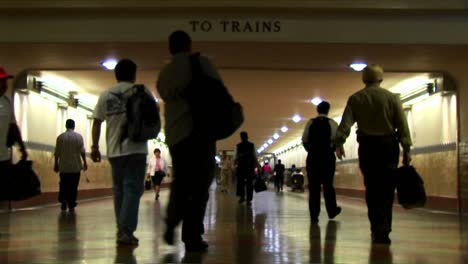 Timelapse-of-crowds-walking-in-an-underground-train-station