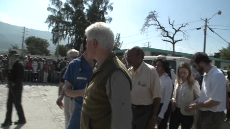 Bill-and-Chelsea-Clinton-visit-refugees-during-the-earthquake-in-Haiti-2