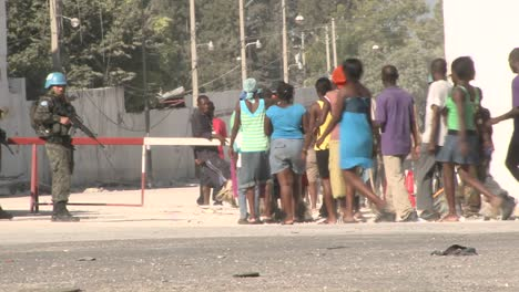 Long-lines-of-refugees-wait-on-the-streets-of-Haiti-following-their-devastating-earthquake-4