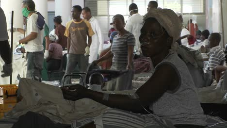 Injured-victims-of-the-Haiti-earthquake-wait-outside-for-medical-treatment