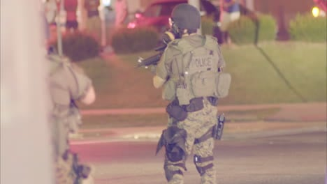 Policía-with-automatic-weapons-patrol-the-streets-during-the-Ferguson-riots