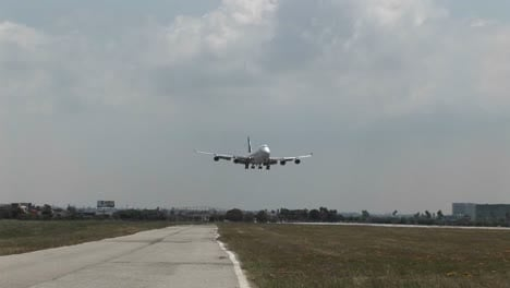 A-Singapore-Airlines-747-landing-at-a-generic-airport