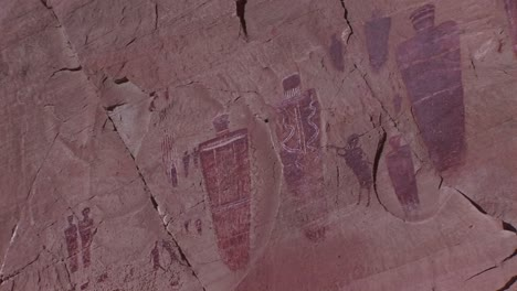 Zoomin-on-a-desert-cliff-with-American-Indian-petroglyphs