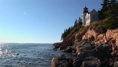 Un-Faro-En-El-Borde-De-Un-Acantilado-Con-Vistas-Al-Océano-En-Bass-Harbour-Lighthouse-Maine