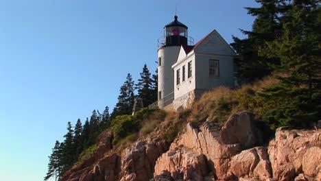 Un-Faro-En-El-Borde-De-Un-Acantilado-Con-Vistas-Al-Océano-En-Bass-Harbour-Lighthouse-Maine-3