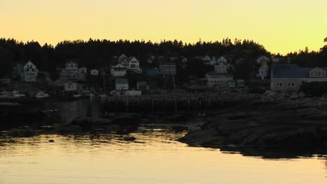 Un-Pueblo-De-Langostas-Está-En-La-Ladera-De-Una-Montaña-Cerca-De-La-Silueta-De-Las-Aguas-Reflectantes-En-Stonington-Maine