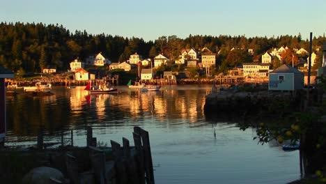 Un-Pueblo-De-Langostas-En-Stonington-Maine-Está-Cerca-Del-Agua-Durante-El-Día